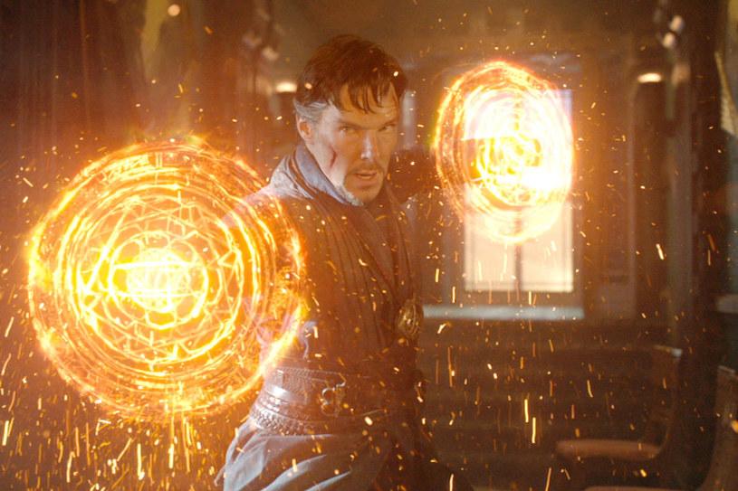 """Benedict Cumberbatch w scenie z filmu """"Doktor Strange"""" /materiały prasowe"""