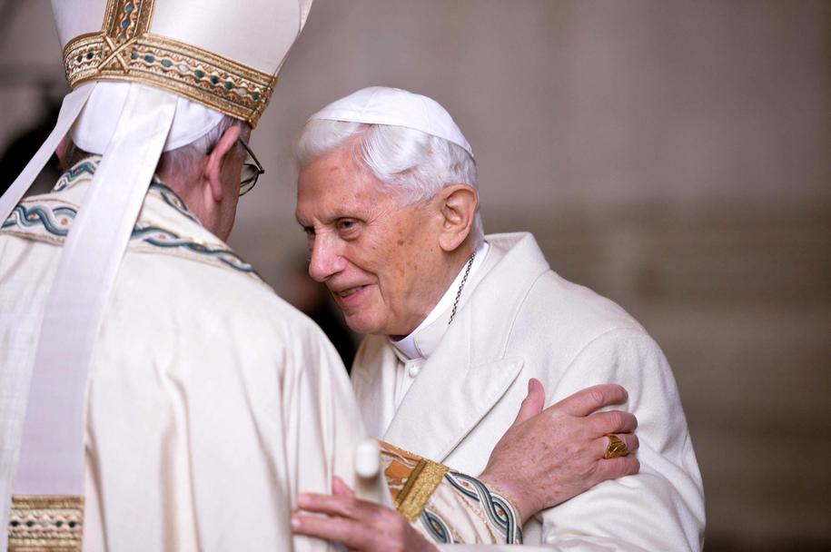 Benedykt XVI i papież Franciszek na zdj. z 2015 roku /MAURIZIO BRAMBATTI /PAP/EPA