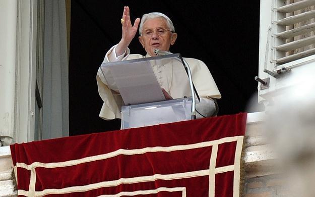 Benedykt XVI podczas modlitwy Anioł Pański /AFP