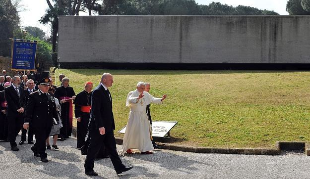 Benedykt XVI w Fosse Ardeatine /PAP/EPA