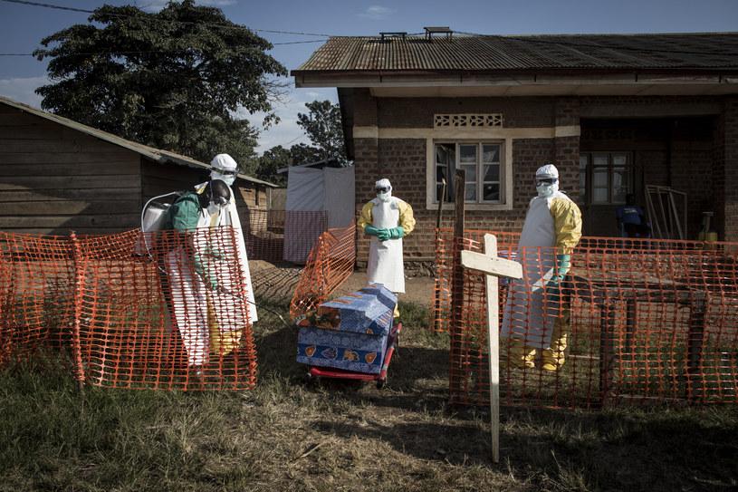 Beni: Pracownicy medyczni dezynfekują trumnę ze zmarłym z powodu Eboli /AFP
