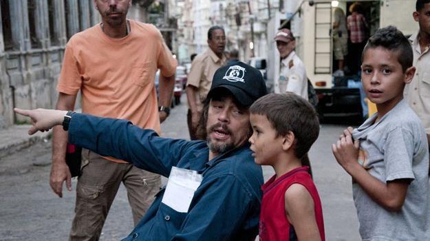 """Benicio del Toro instruuje dziecięcych aktorów na planie """"7 dni w Hawanie"""" /materiały dystrybutora"""