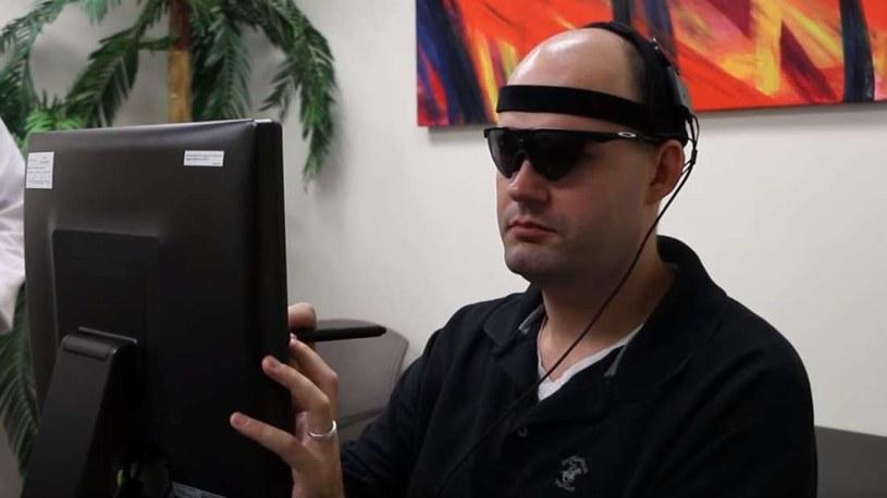 Benjamin Spencer testuje implant Orion /YouTube