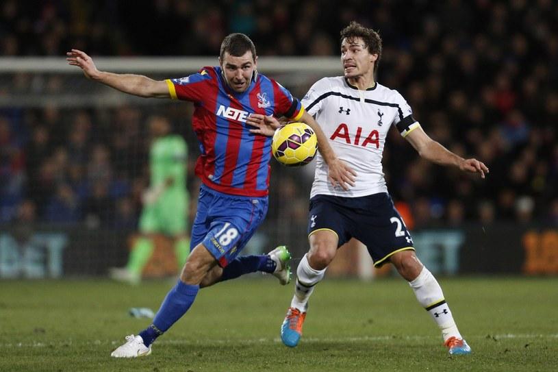 Benjamin Stambouli (z prawej) kontra James McArthur z Crystal Palace /AFP