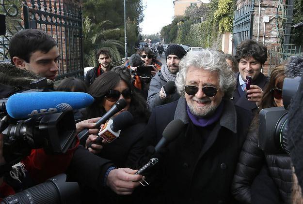 Beppe Grillo przed oddaniem głosy w lokalu wyborczym w Genui, 25 lutego 2013 /AFP