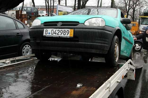 Berlin. Autokomis przy Teilestrasse. To tu kupują Polacy.   Fot. Lech Muszyński /Reporter