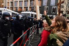 Berlin: Demonstracja przeciwników zaostrzenia restrykcji w związku z koronawirusem