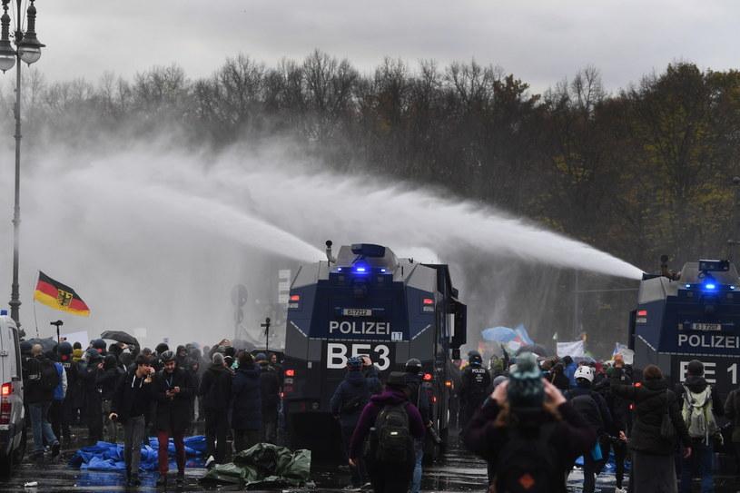 Berlińska policja użyła armatek wodnych i gazu pieprzowego /FILIP SINGER /PAP/EPA