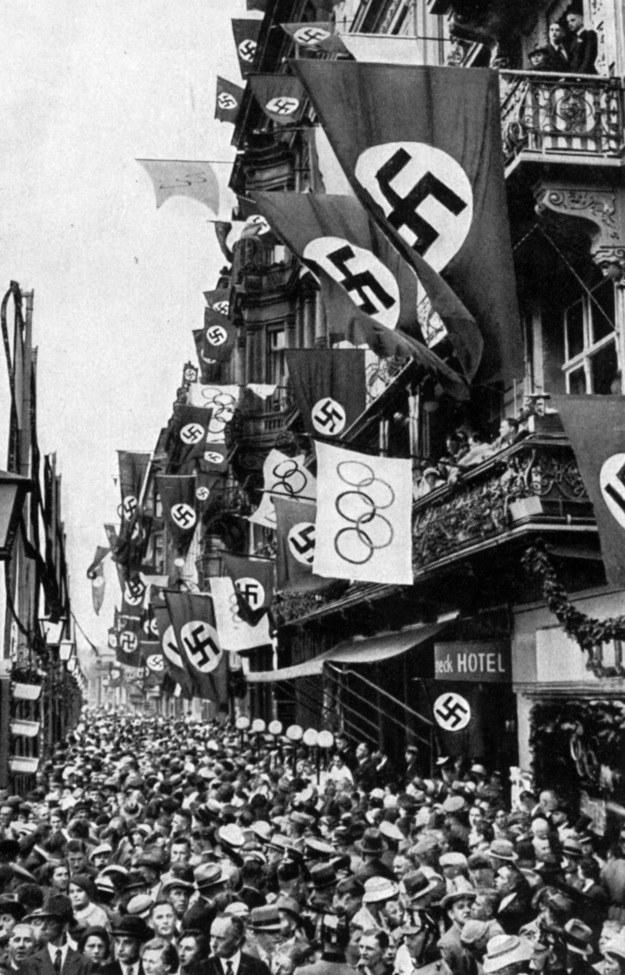 Berlińska ulica podczas igrzysk w 1936 roku /Artur Hojny /Agencja FORUM