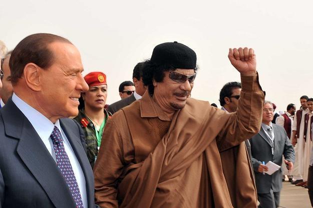 Berlusconi pocałował Kadafiego w rękę w marcu 2010 roku podczas szczytu Ligi Arabskiej w Syrcie /AFP