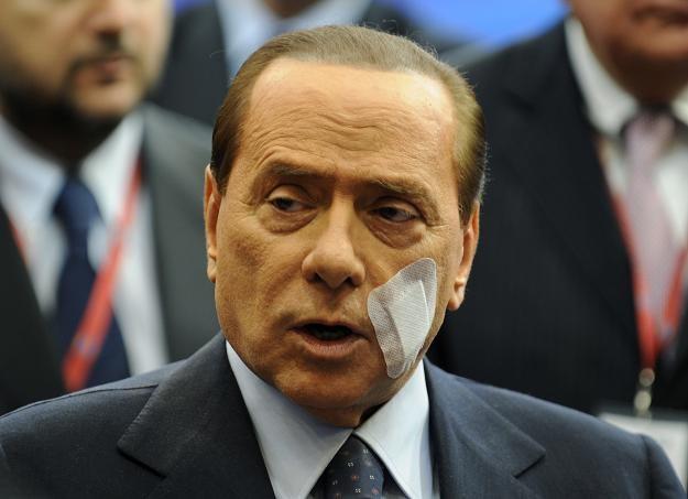 Berlusconi podczas konferencji na temat sytuacji w Libii. Plaster to pozostałość po operacji szczęki /AFP