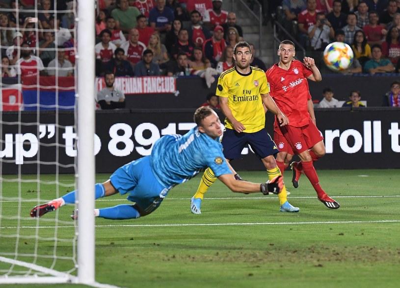 Bernd Leno z Arsenalu Arsenal patrzy na strzał Danielsa Ontuzansa z Bayernu /AFP
