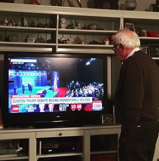 Bernie Sanders ogląda debatę /Twitter