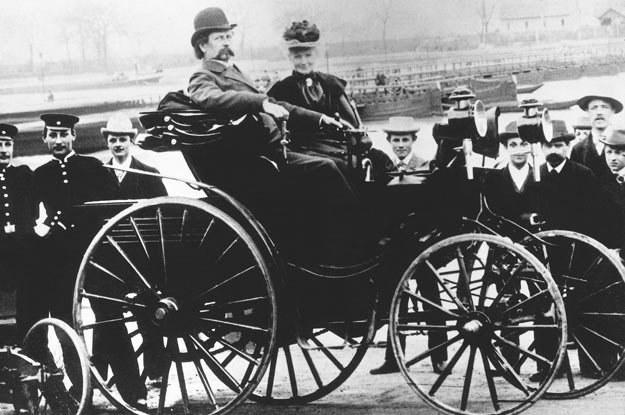 Bertha Benz i jej mąż  Carl Benz  w samochodzie  Victoria. Rok 1894 /INTERIA.PL