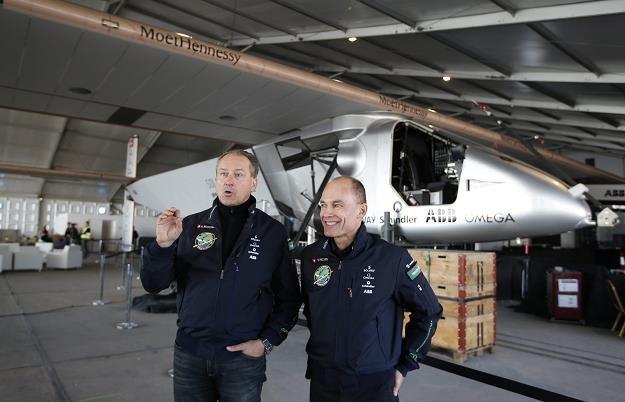 Bertrand Piccard (P) i Andre Borschberg (L) przy swojej maszynie /EPA
