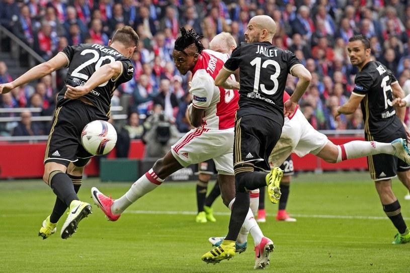 Bertrand Traore strzela gola dla Ajaksu w meczu z Olympique /PAP/EPA