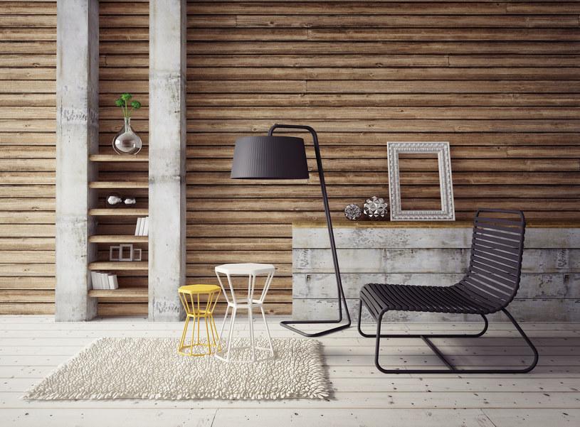 Betonowe dodatki świetnie komponują się z drewnianymi elementami w aranżacji wnętrz /123RF/PICSEL