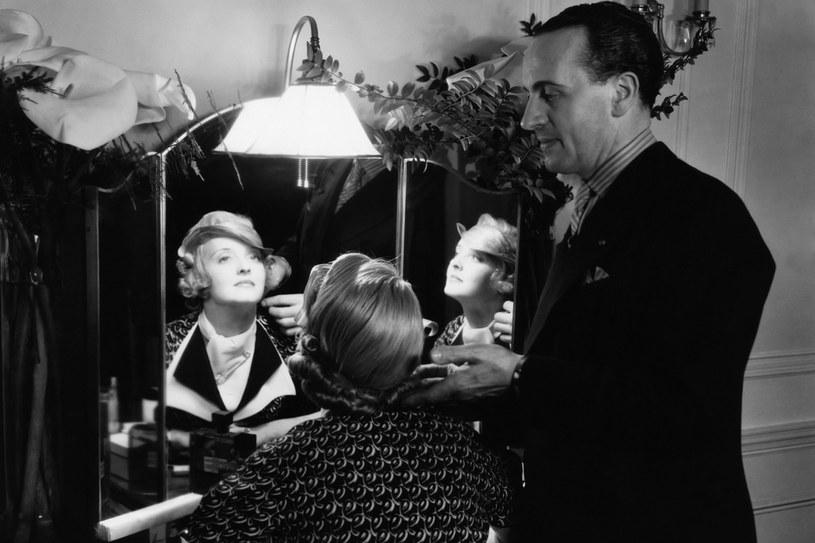 Bette Davis czesana przez swojego przyjaciela Antoine'a na planie filmu Biuro osób zaginionych 1933 r /Styl.pl/materiały prasowe