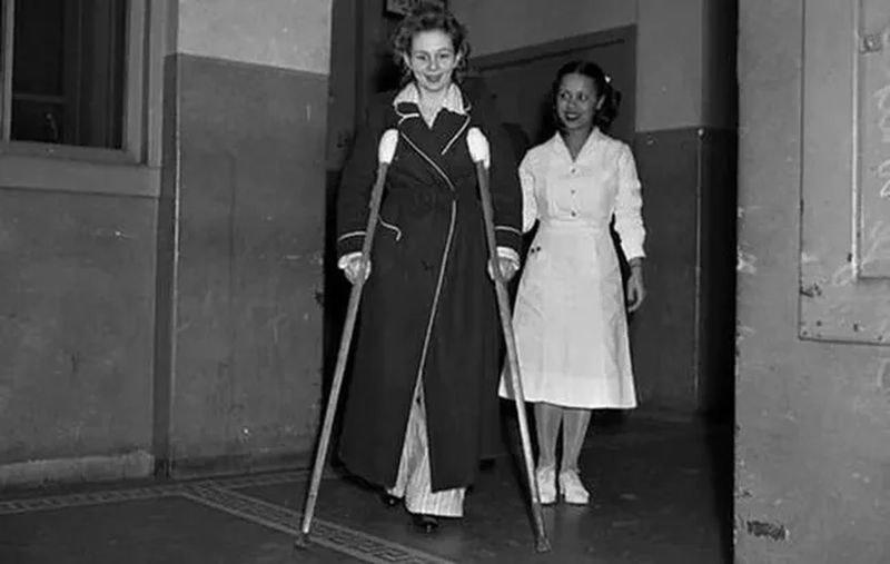 Betty Lou Oliver wychodzi ze szpitala /domena publiczna