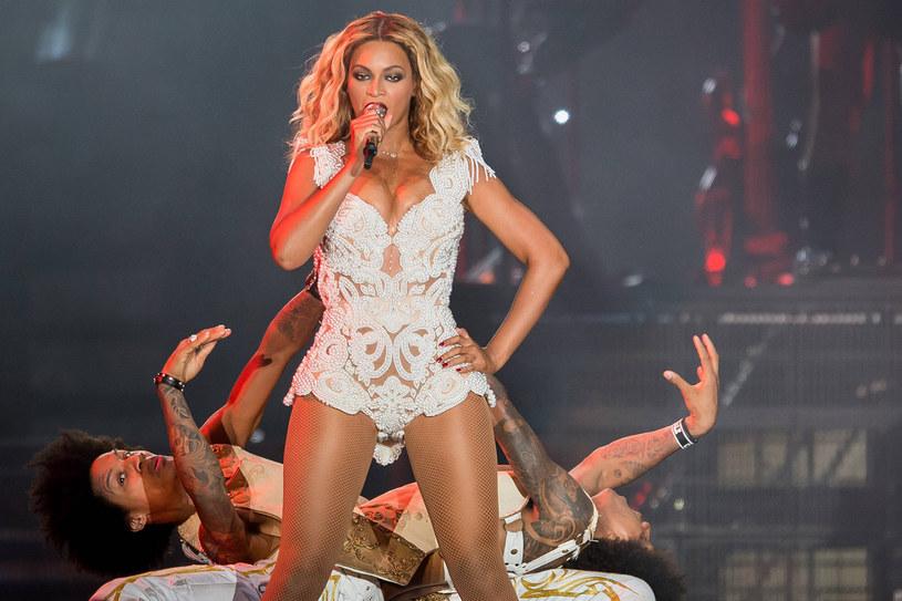 Beyoncé, wcielenie kobiecej mocy, często przybiera pozę mocy na koncertach /Getty Images
