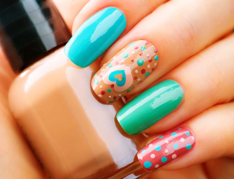 Beż będzie najmodniejszym kolorem paznokci tej jesieni. Ale warto go nieco ożywić... /123RF/PICSEL