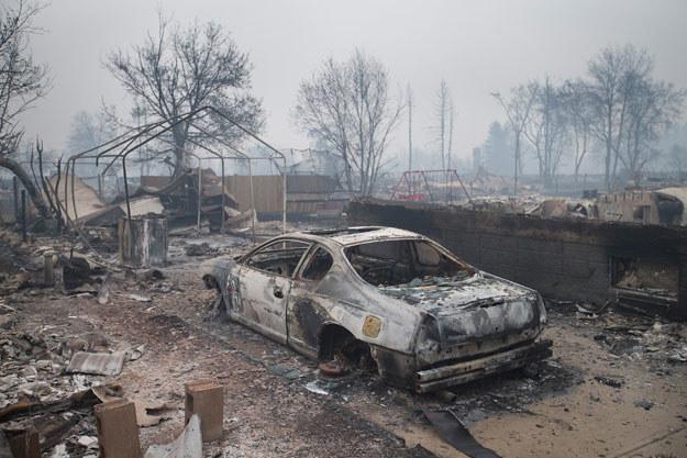 Bez długotrwałych opadów deszczu pożar może trwać nawet miesiącami /AFP