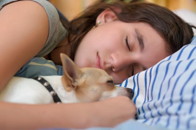 Bez dobrego snu nie ma dobrego życia. Nic tak mu nie sprzyja jak stałe pory pobudki. Nawet w weekendy! /123RF/PICSEL