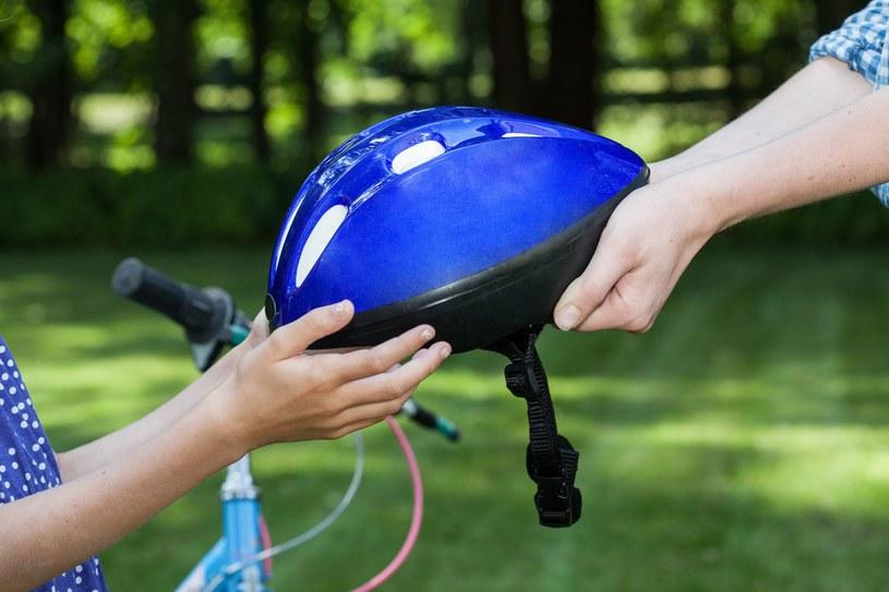 Bez dobrze dobranego kasku nie wsiadaj jesienią na rower! /123RF/PICSEL
