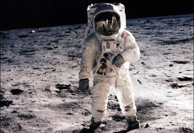 Bez odpowiedniego skafandra spacer po powierzchni Księżyca byłby niemożliwy /AFP