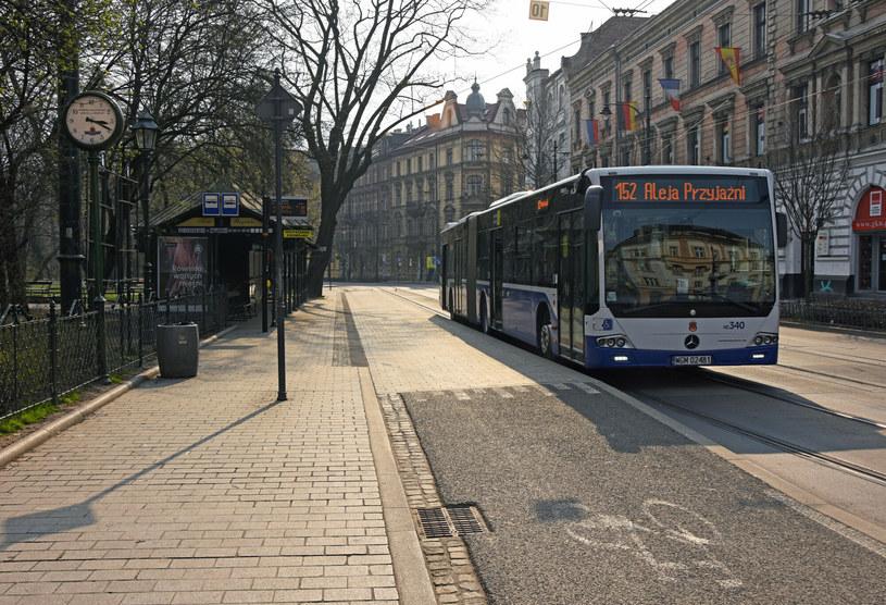 Bez pieniędzy z budżetu państwa będziemy obserwować cięcia inwestycji, podwyżki cen biletów oraz rozrzedzanie kursów tramwajów i autobusów w miastach /Jacek Boroń /Reporter