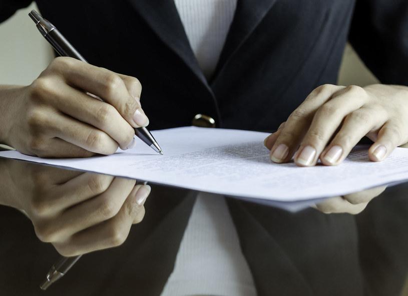 Bez względu na to, czy będziemy mieć umowę zlecenie czy o pracę tymczasową, musi być w niej zapisane, ile będziemy zarabiać /Picsel /123RF/PICSEL