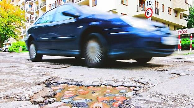 Bez zbędnych formalności można poprzez aplikację poinformować drogowców o dziurze w jezdni. /Motor