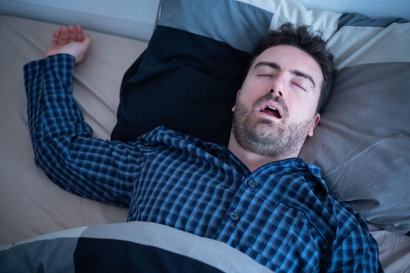 Bezdech senny może prowadzić do poważnych chorób /123RF/PICSEL