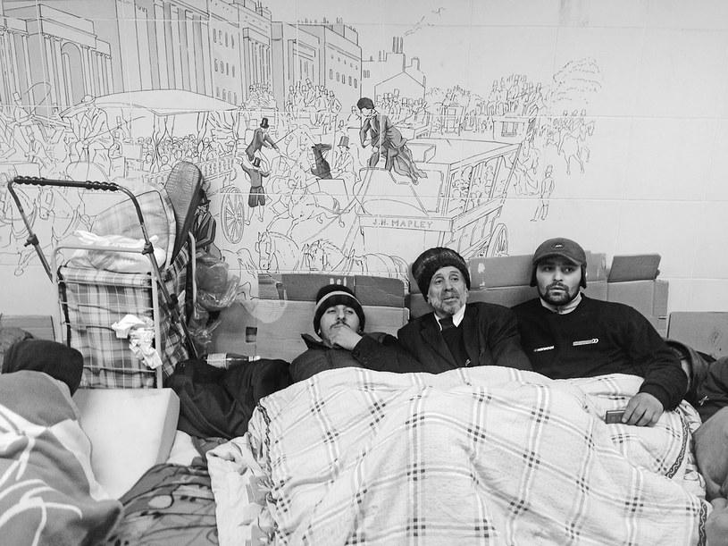 Bezdomni nocujący w przejściu podziemnym / fot: Ben Judah (Wydawnictwo UJ) /materiały prasowe