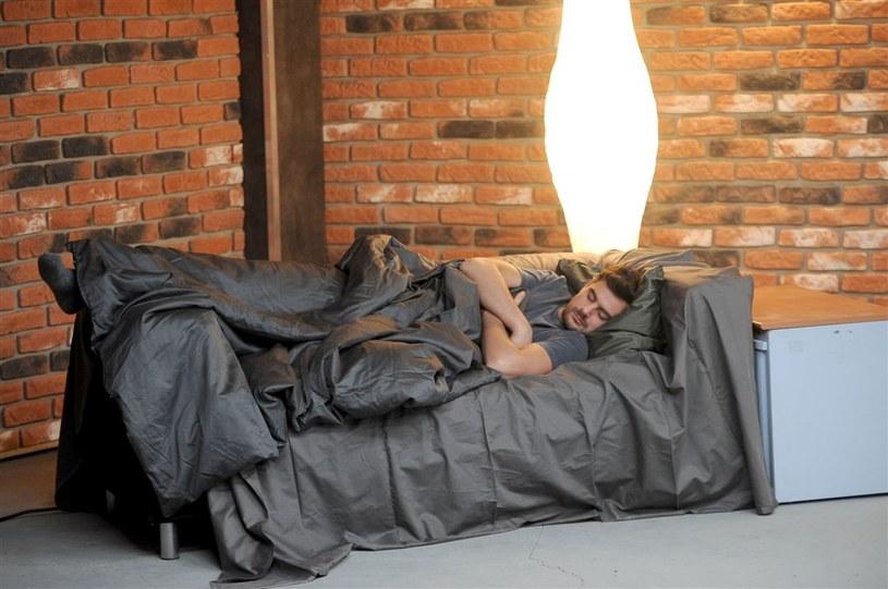 Bezdomny chwilowo Michał spać będzie na ustawionym w korytarzu polowym łóżku /Agencja W. Impact