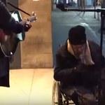 Bezdomny przyłączył się do ulicznego muzyka. Ludzie byli w szoku! - wideo