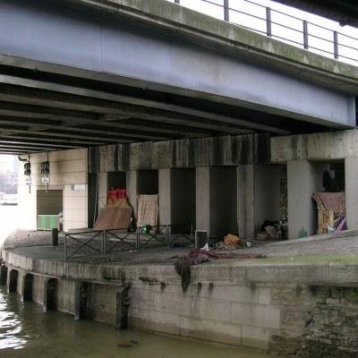 Bezdomnych można spotkać na wielu ulicach Paryża. Nocą przenoszą się pod liczne mosty nad Sekwaną /Praca i nauka za granicą