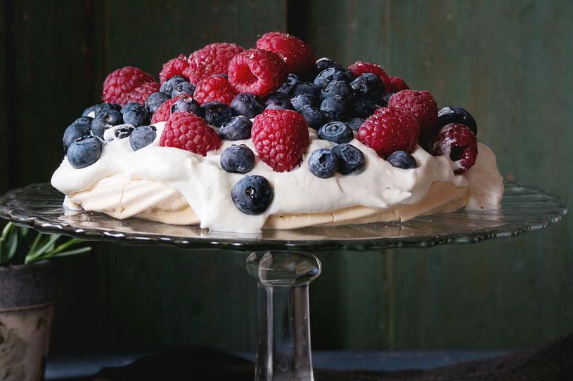 Bezę możesz udekorować ulubionymi owocami /123RF/PICSEL
