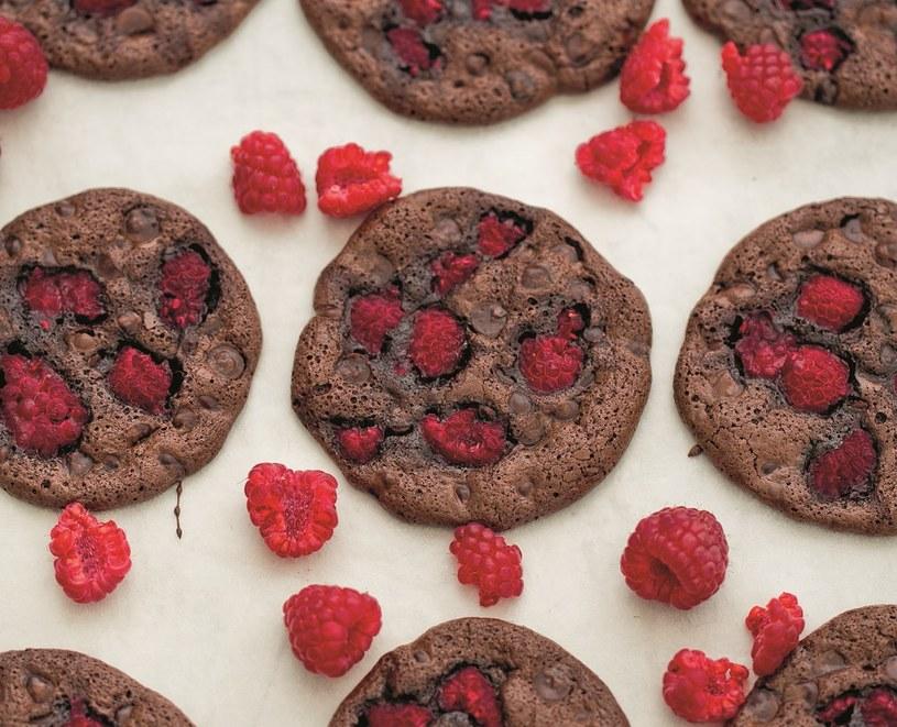 Bezmączne ciastka czekoladowe z malinami /materiały prasowe