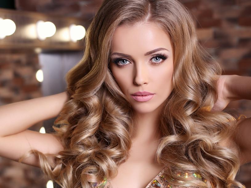 Beżowy blond to idealny kolor dla szatynek /123RF/PICSEL