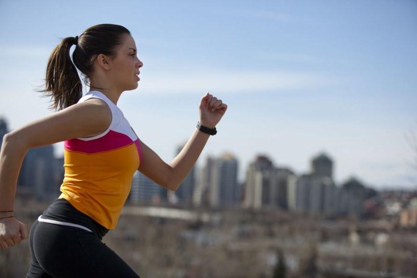 Bezpiecznie można biegać dopiero, gdy nadwaga nie przekracza 3-4 kg /123RF/PICSEL