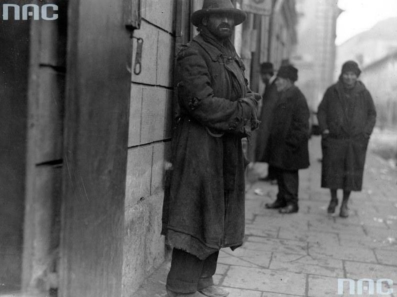 Bezrobotny mężczyzna na ulicy nierozpoznanego polskiego miasta /Z archiwum Narodowego Archiwum Cyfrowego