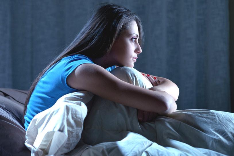 Bezsenność może mieć różne przyczyny. Najczęstsze to spadający z wiekiem poziom melatoniny, tzw. hormonu snu, przewlekły stres oraz wieczorne spędzanie wielu godzin przed telewizorem lub komputerem /123RF/PICSEL