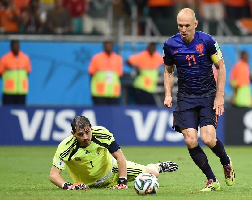 Bezsilny Iker Casillas patrzy, jak Arjen Robben strzela piątego gola dla Holendrów /AFP