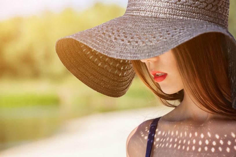 Bezwzględnie nakryjmy głowę kapeluszem, najlepiej z dużym rondem, tak, by osłoniona była również twarz i dekolt /123RF/PICSEL