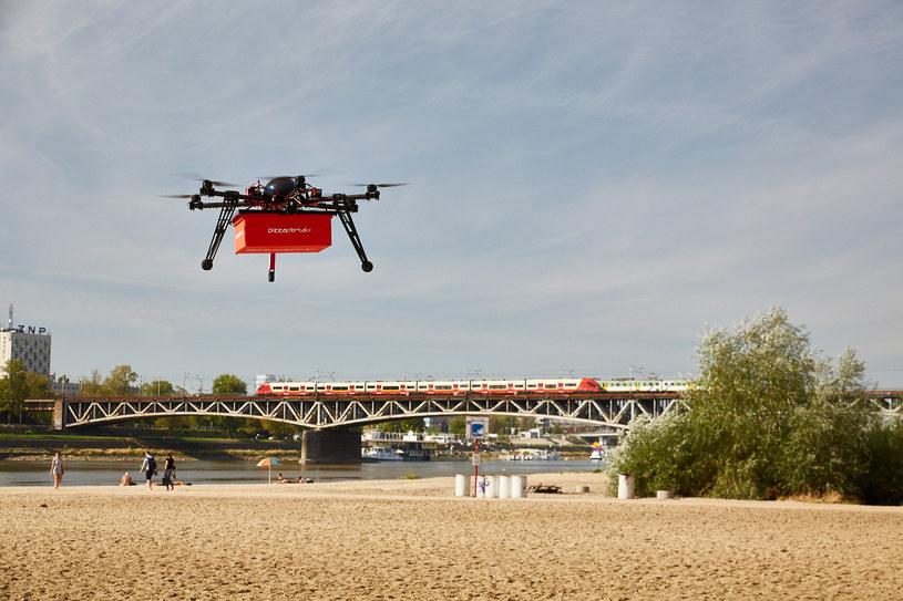 Bezzałogowy statek PizzaPortal.pl, sześciowirnikowiec o masie pięciu kilogramów, wystartował z okolic mostu średnicowego. W specjalnie skonstruowanym pojemniku, podczepionym do drona, umieszczono kanapki /materiały prasowe
