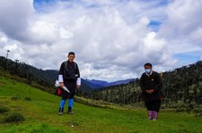 Bhutan: Król patroluje kraj i ostrzega poddanych przez koronawirusem
