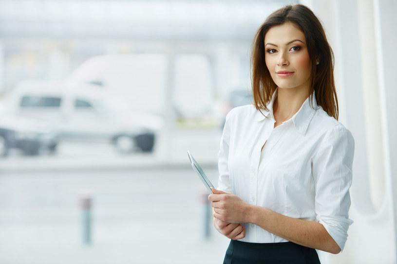 Biała bluzka i czarna spódnica - idealne połączenie dla kobiet o szerszych biodrach /123RF/PICSEL