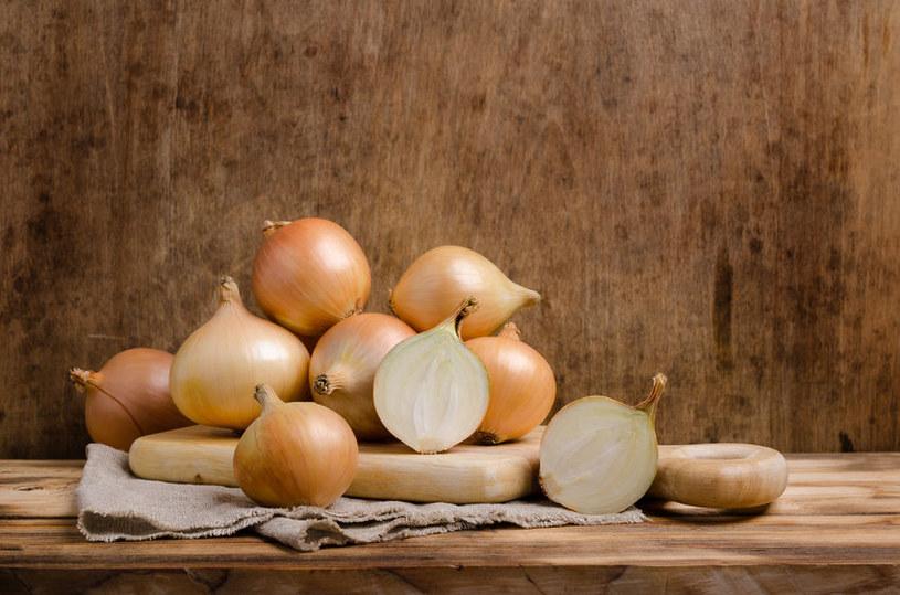 Biała cebula barwi jajka na brązowy kolor /123RF/PICSEL