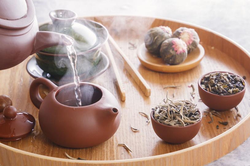 Biała herbata uspokaja skołatane nerwy /123RF/PICSEL